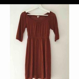Fin roströd klänning köpt på MQ. Går till några cm ovanför knäna på mig som är 170 lång. Superskick!