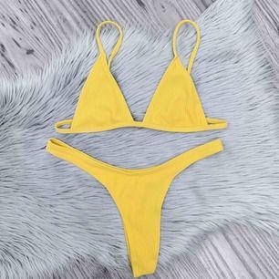 Superfin helt ny bikini, frakten ingår💛 den är i storlek M, dock är den mer som en S✨ den är ribbad och i en stringmodell, samt utan vaddering💫