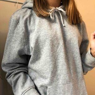 supersnygg grå hoodie i storlek M men passar mig med S då jag tycker att det är snyggt när den är oversized!
