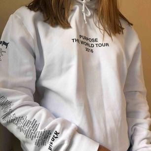 snygg vit hoodie med tryck på ärmarna samt på ryggen!