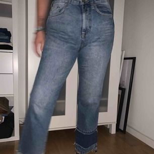 Jeans från H&M, lätt vida ben med slitna detaljer. Hög midja. Använda fåtal gånger, väldigt bra skick! ✨