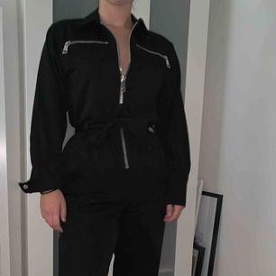 Svart jumpsuit med dragkedja från Elsa Hosk för BikBok. Aldrig använd, perfekt skick. ✨