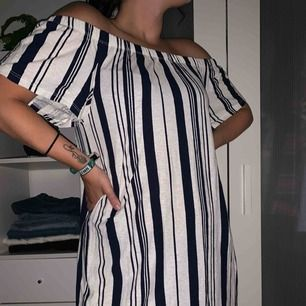 Kort vit/blå randig off shoulder klänning från Topshop. Aldrig använd, perfekt skick! Mjukt och skönt tyg, storlek 38 men rätt liten i passformen 🙆🏼♀️