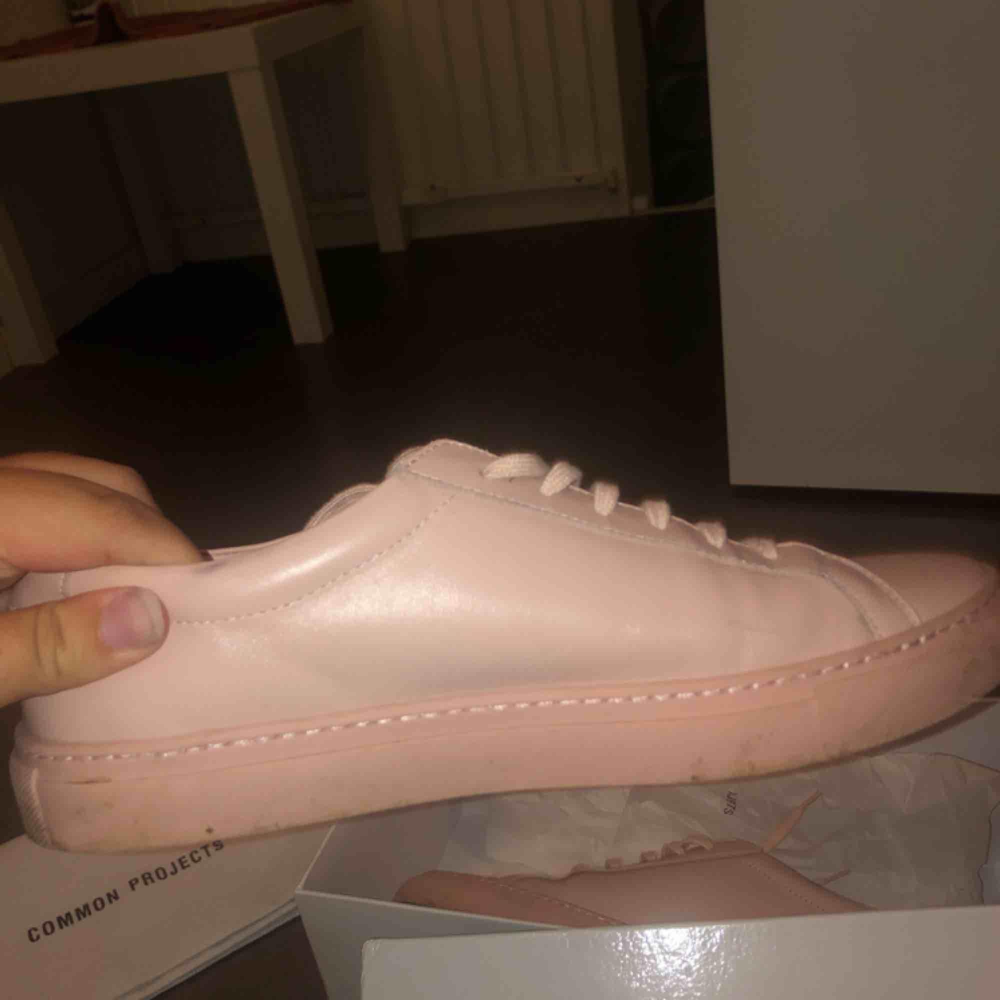 AAA+ kopia av common projects! Säljer billigt!! De är lite använda men i bra skick och nya skosnören+ dustbag medföljer  OBS äkta läder . Skor.