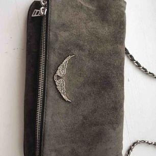 Säljer en supersnygg mörkgrå zadig voltaire väska i mocka. Köpte väskan för nästan ett halvår men ändå i gott skick. Dustbag och kvitto finns med (garanti i 2 år) och även det långa bandet.  (Väskan ser lite grön ut på vissa ställen vilket den inte är)