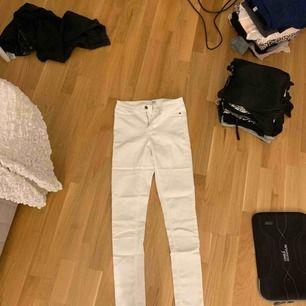 Ett par supersköna vita jeans! Bra stretch i dem oxå. De har använts ett par gånger men det var länge sedan. Sedan dess har de legat orörda i garderoben.