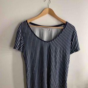 En vanlig randig T-shirt från Lager 157. Har använts några gånger men går ej att motstå för den är så skön 😍 nu däremot har den bara legat i garderoben senaste året.