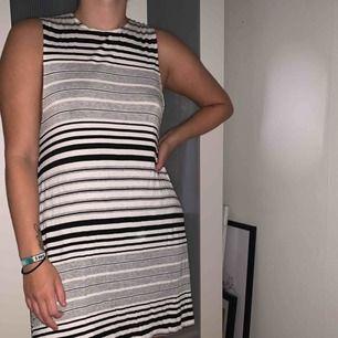 Randig klänning från American Apparel. Använd fåtal gånger, bra skick. Mjukt och svalt tyg.