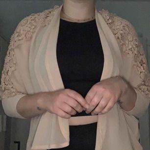 Ljusrosa kimono med broderade blommor på axlar och ärmar. Köpt på Windsor i USA, märke Love Tree. Använd fåtal gånger, väldigt bra skick. 🌸