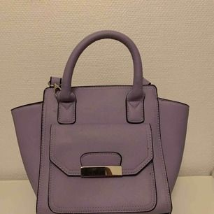 Handväska från New Look i lila pastellfärg. Avtagbar axelrem. Aldrig använd, perfekt skick! ✨