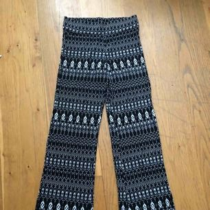 Byxor som formar sig efter dina ben, skön material och oanvänd skick!  Frakt tillkommer