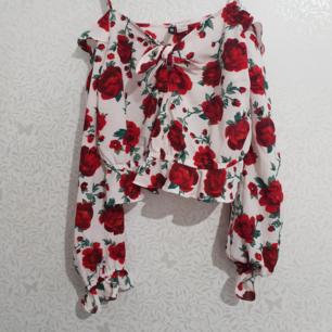 Jättefin långarmad off-shoulder tröja från H&M  Aldrig använd! Nyskick!  Storlek 42  Material: 97% polyester 3%elastane  Fraktar eller möts upp i Stockholm