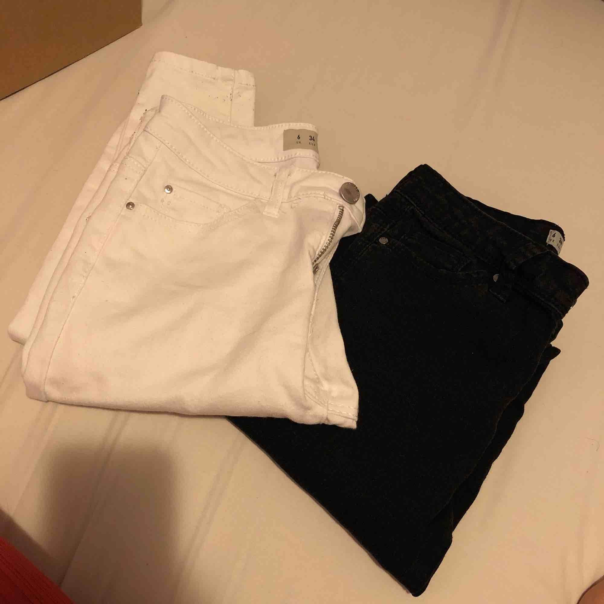 Skinny jeans köpte från London.  En i svart en i vit! . Jeans & Byxor.