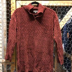 Stickad tröja med krage i rostbrunröd färg, jättemysig!