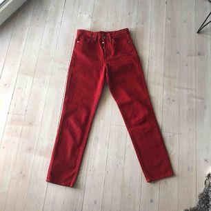 Skitsnygga röda jeans från H&M som inte kommer till användning hos mig. Köparen står för frakt (59kr) Skriv om du vill ha fler bilder 💞💞