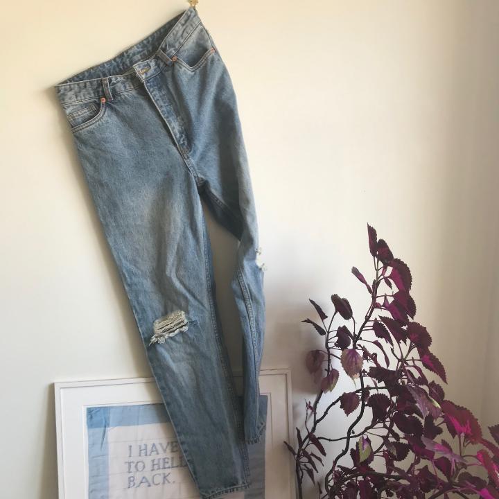 Ett par highwaisted mom jeans från monki! Strl 28. . Övrigt.