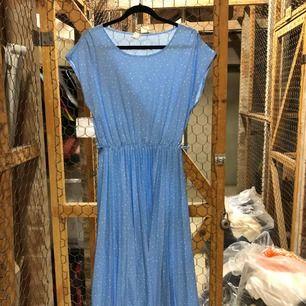Sommarklänning i ljusblått tyg med plisserad kjol!
