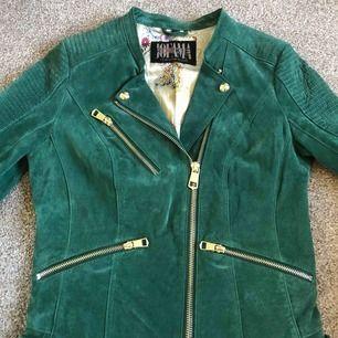 Säljer en grön mocka jacka från Jofama - Kristine Ullebø. Använd ett fåtal gånger därav inga tecken på slitage, lukten av mocka finns kvar och även extra knappar. Köpte ny för 2900kr men priset går att diskutera.