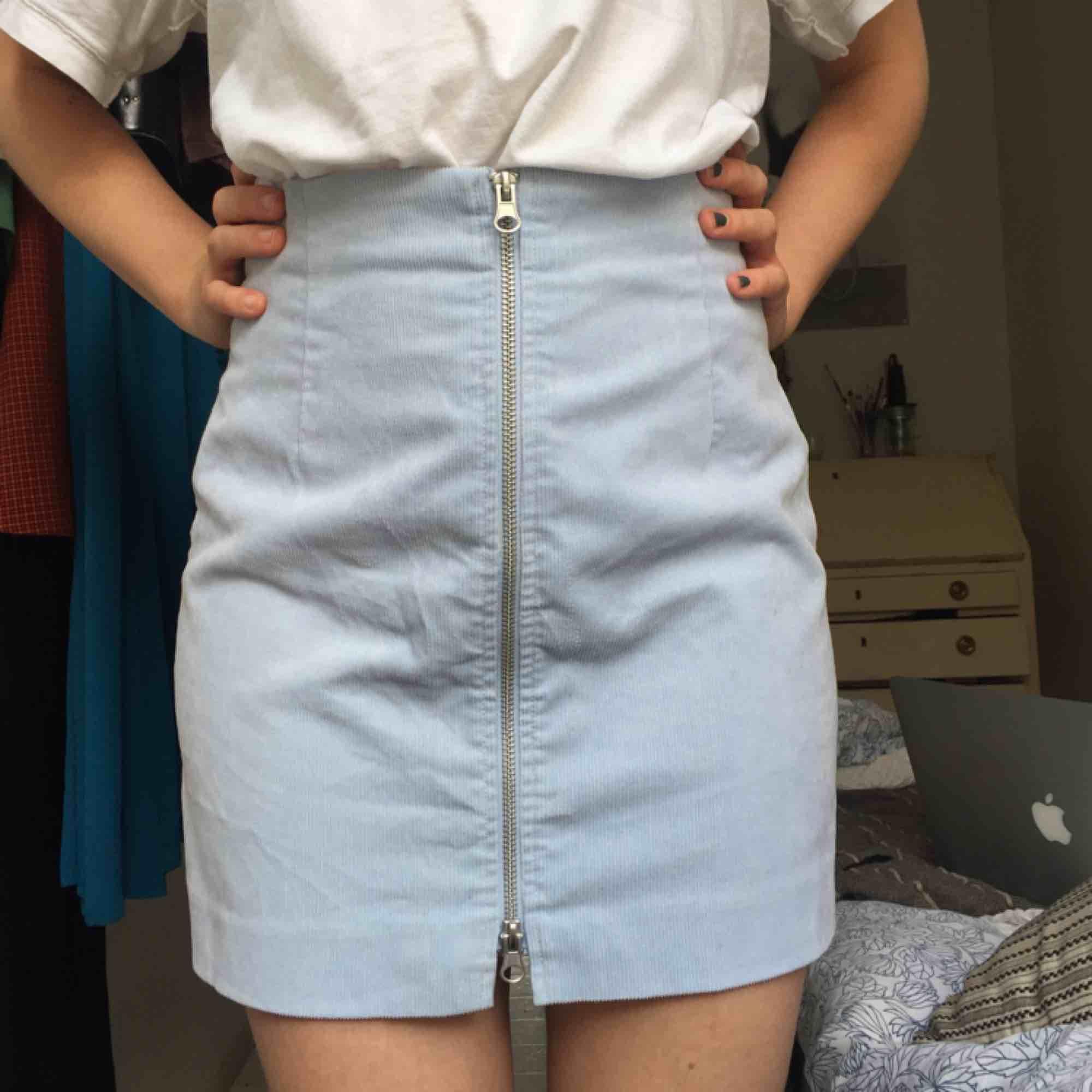 Söt ljusblå kjol i manchestertyg, knappt använd . Kjolar.