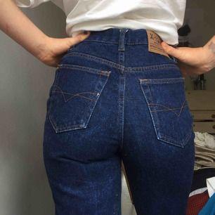 Snygga mörkblå raka jeans i bra material, 100% bomull. Säljer då jag använder dom allt för sällan!