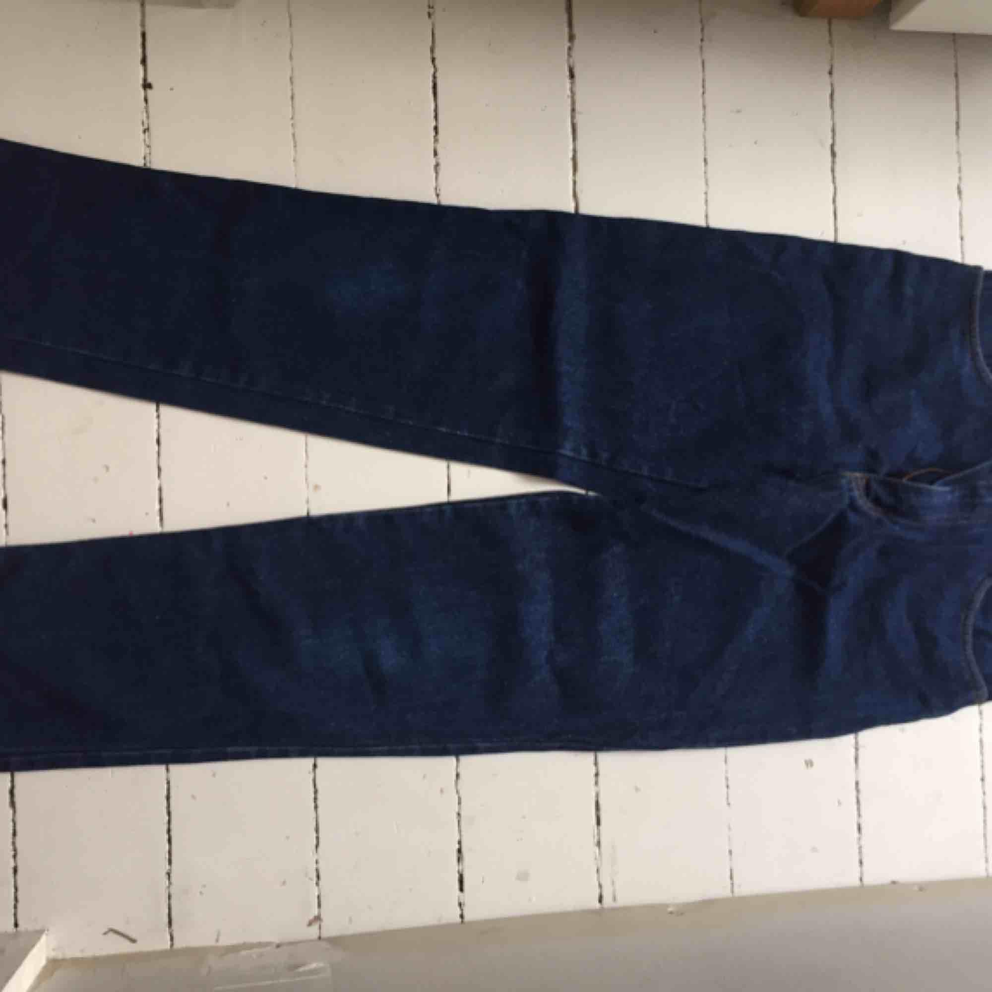 Snygga mörkblå raka jeans i bra material, 100% bomull. Säljer då jag använder dom allt för sällan! . Jeans & Byxor.