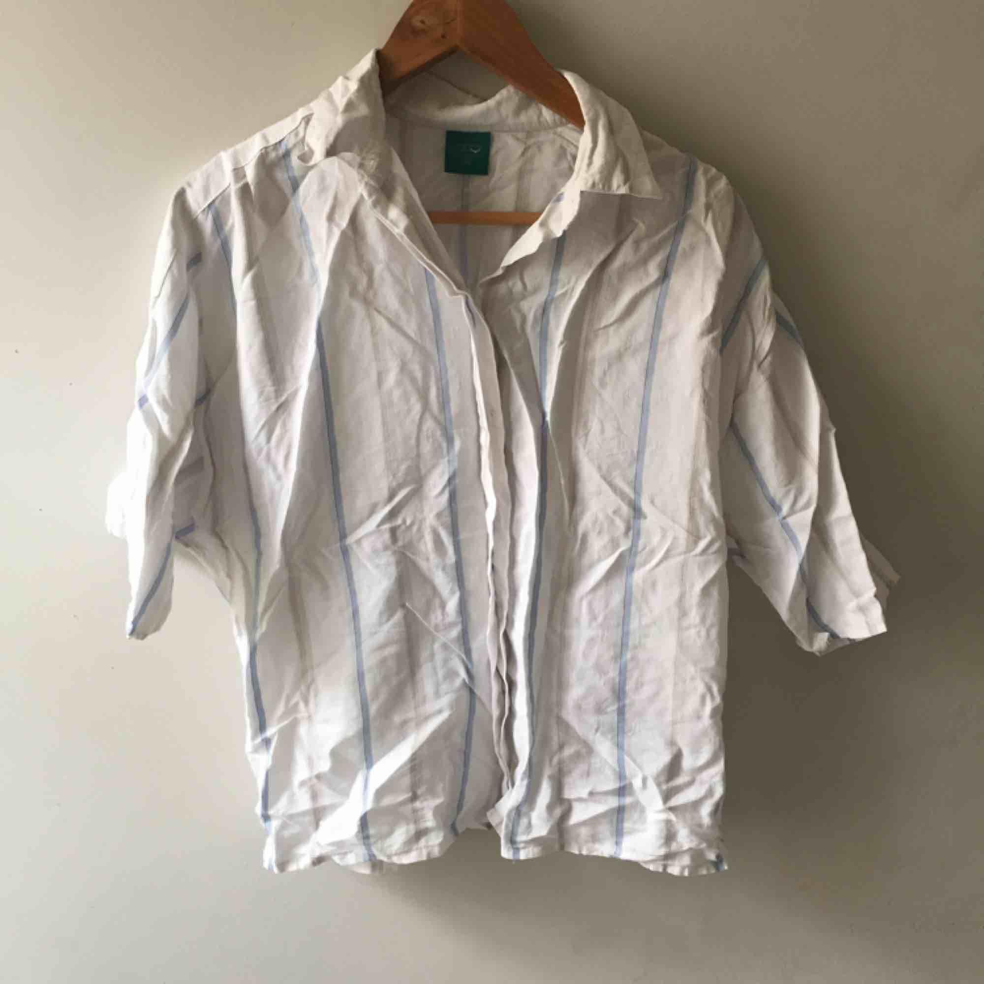 Randig skjorta i fint material, den matchar snyggt med ett par jeans . Skjortor.