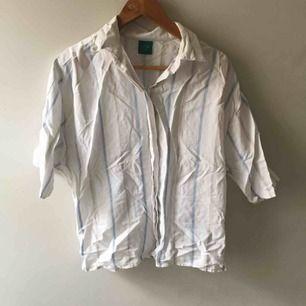 Randig skjorta i fint material, den matchar snyggt med ett par jeans