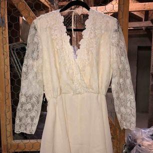 Ljuvlig klänning i vitt med broderier, passar kanske till bröllop eller student?