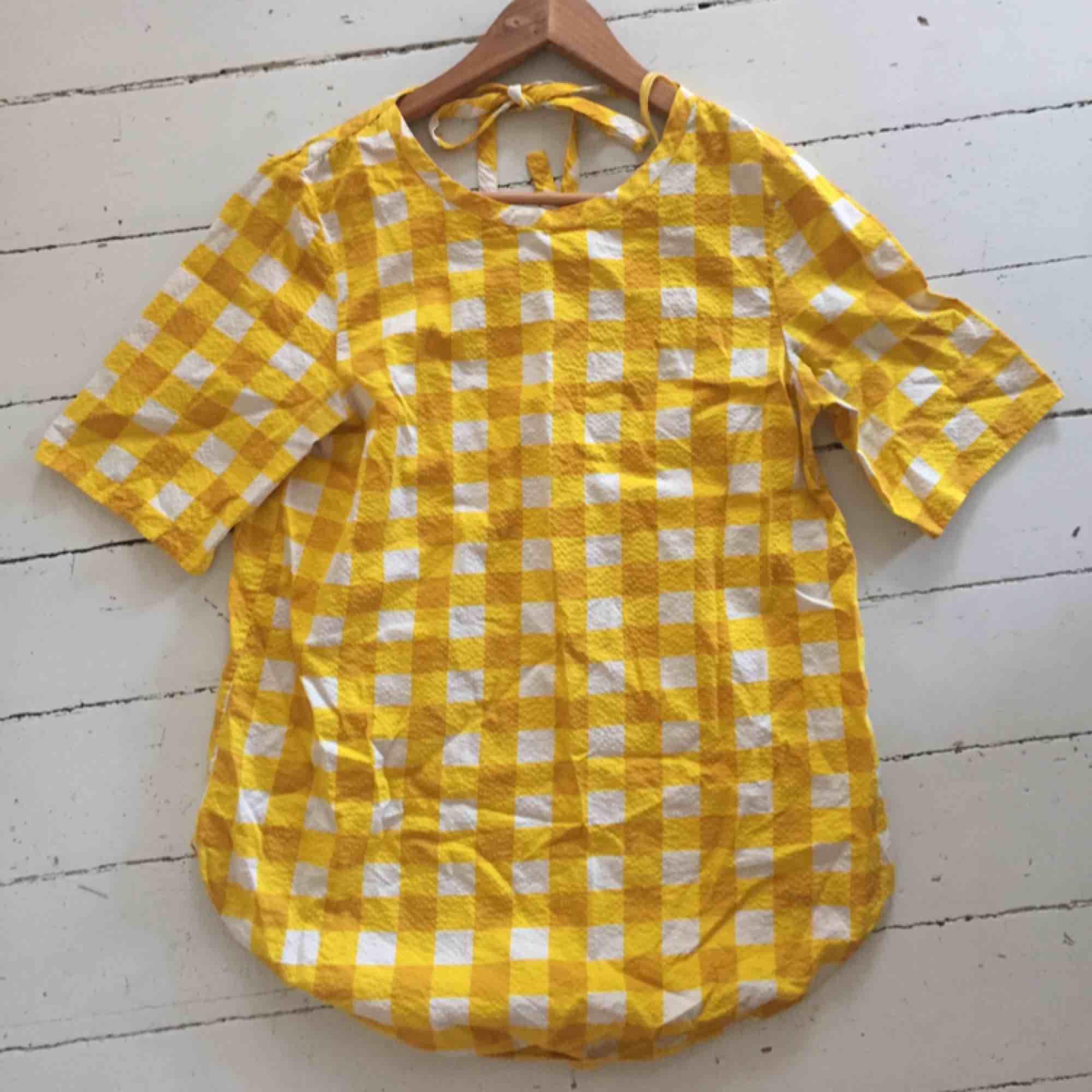 En rutig blus/skjorta från COS i fina gula färger, perfekt på en sommardag. Jag säljer den eftersom den är fel storlek för mig! Älskar materialet! . Blusar.