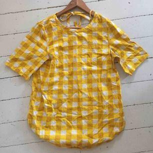 En rutig blus/skjorta från COS i fina gula färger, perfekt på en sommardag. Jag säljer den eftersom den är fel storlek för mig! Älskar materialet!