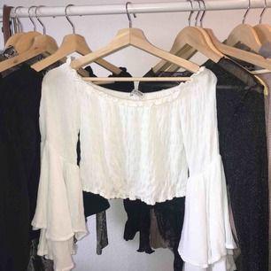Vit crop top med vidgade ärmar. Köpt från fashion nova. Fortfarande i god skick och kan fraktas eller hämtas i Malmö. 💕