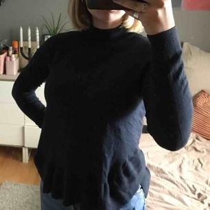Marinblå stickad tröja. Hög krage och en liten volang längst ner på tröjan. Tyvärr inte min stil därför jag säljer, aldrig använd