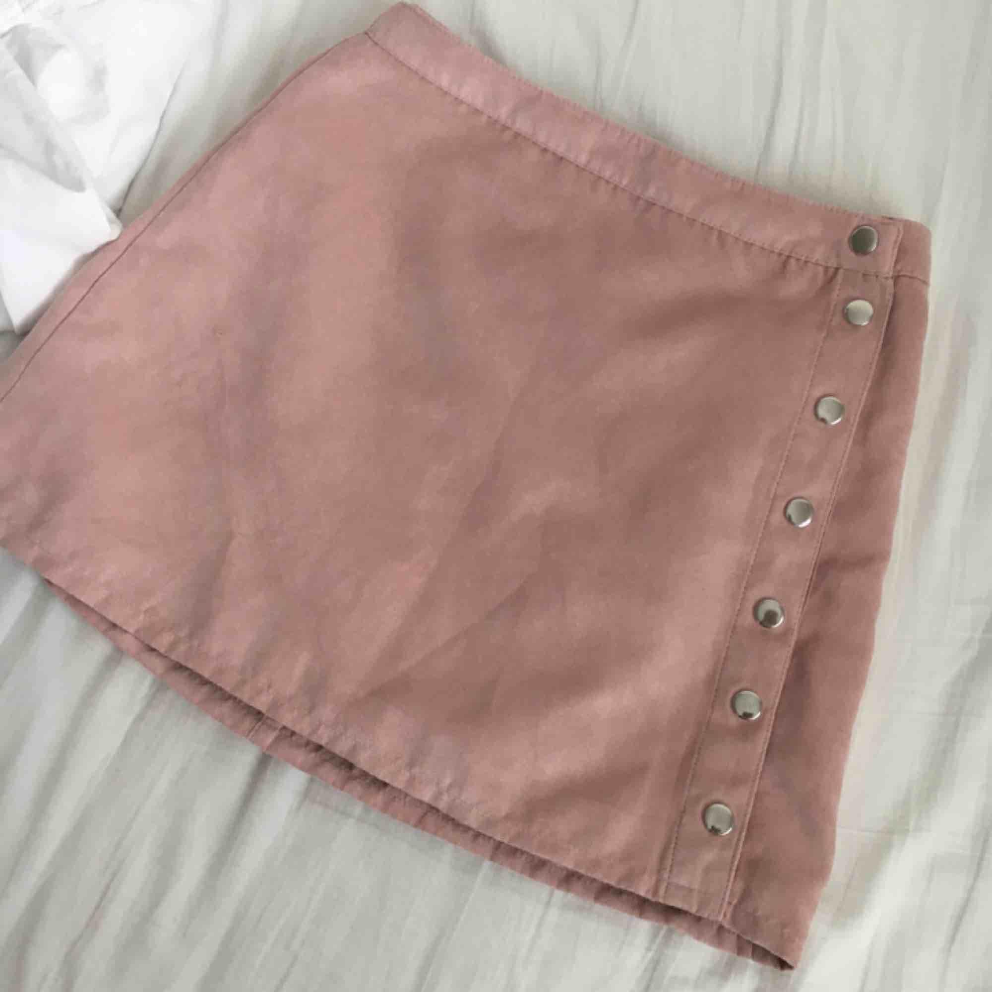 as söt rosa kjol som va min favvo! har ej swish så kan bara ta emot kontanter, hämtas i vällingby eller möts upp inom stockholm🌸. Kjolar.