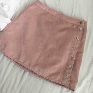 as söt rosa kjol som va min favvo! har ej swish så kan bara ta emot kontanter, hämtas i vällingby eller möts upp inom stockholm🌸