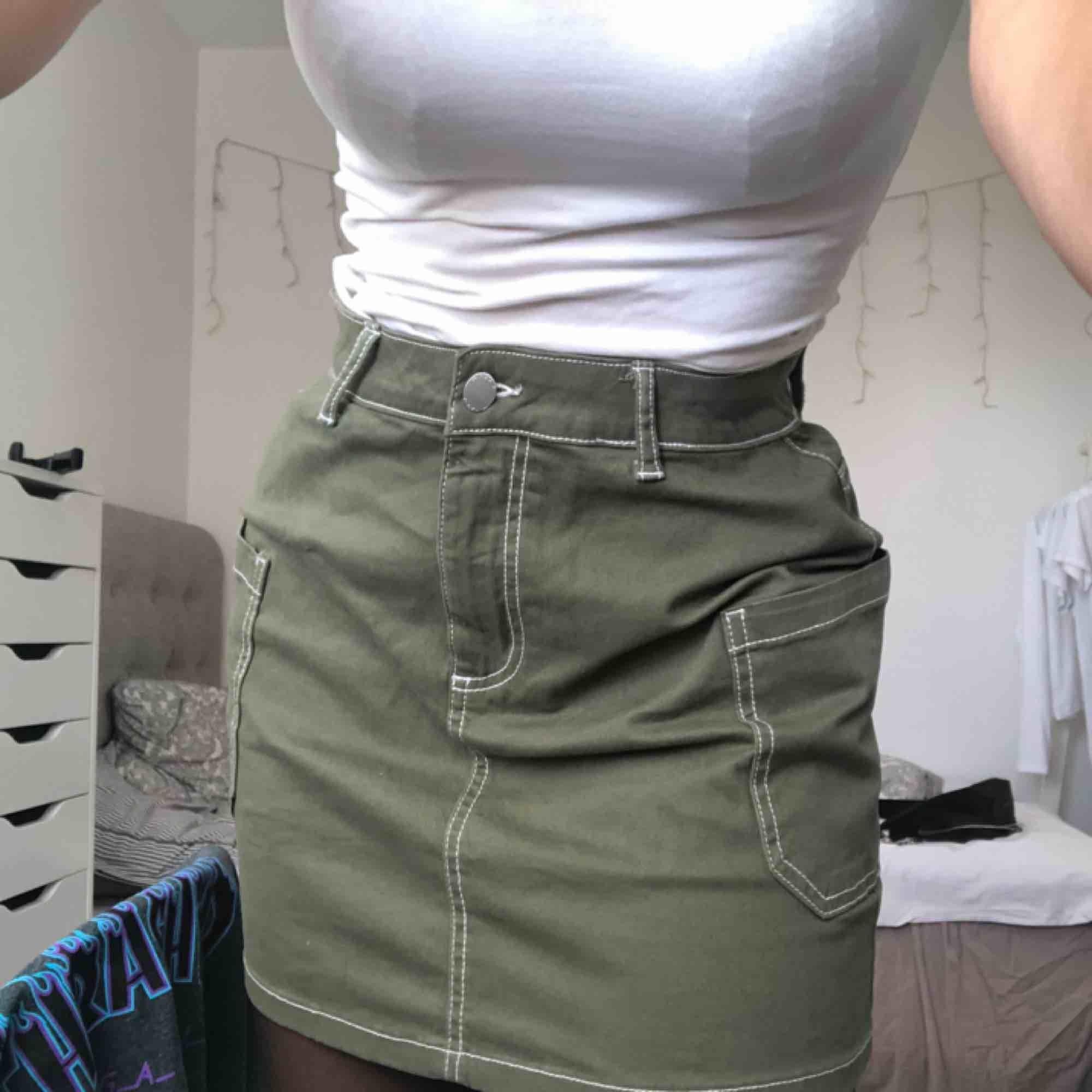 Militärgrön kjol med vita sömmar. Använd en gång. Det är bara att ställa frågor om ni undrar något finns inga dumma frågor☺️. Kjolar.