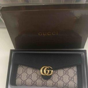 Oäkta Gucci plånbok köpt i Grekland nu i år, väldigt fin men jag har många andra jag använder så därför säljer jag den, den har extra korthållare så ni ser på bild ska den skickas på post står köparen för frakt ..