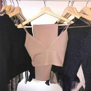 Superfint rosa set i storlek S. Använd 2-3 gånger. Kjolen är knälång och plaggen är tajt men är i stretch material. 💕