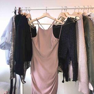 Bodycon festklänning från Fashion Nova. Ryggen är öppen. Skriv för fler bilder. Storlek S.  Köparen står för frakt. Kan även mötas upp i Malmö