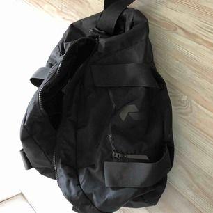Peak Performance väska som rymmer mycket! Säljer pga att jag ej använder den alls och hoppas den kan göra nytta hos någon annan! Nypris 899:- på PP butiken i Gävle