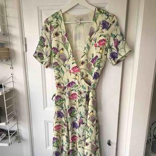 Fin gul omlott klänning från hm trend. Strl 36 fint skick säljes pga förliten.