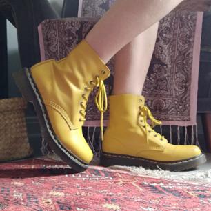 Dr. Martens i nyskick! Säljer pga för stora för mig. Endast lite skrapmärken på framsidan av skorna annars ser de helt nya ut!