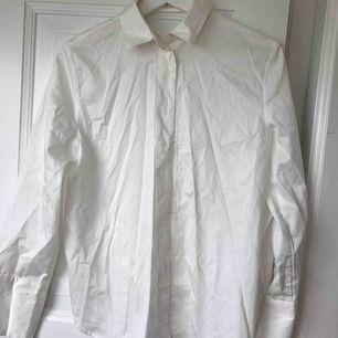 Vit skjorta från nakd strl XS men passar S med. Snörning i ryggen. Aldrig använd.