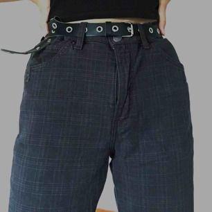 coola byxor köpta second hand, har ett fint rutigt mönster som man kan se på sista bilden :). frakt tillkommer på 55kr
