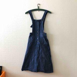 Världens finaste hängselklänning kan nu bli din! Passar till alla tillfällen, vacker på! |  • Storlek 34, true to size • 100% bomull • Köpt 2hand, superfint skick!! • + Frakt 63kr spårbart / 59kr blå påse