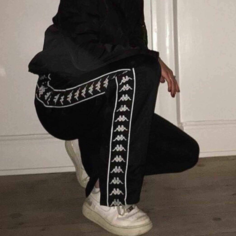 säljer ett par kappa byxor då dem inte kommer till användning, köpte dem för nån månad sedan för 699kr och jag har ganska breda höfter så fick ta en stlr större än vad jag egentligen har. dem är använda 3 ggr!!! kom med prisförslag!! 💖✨ . Jeans & Byxor.