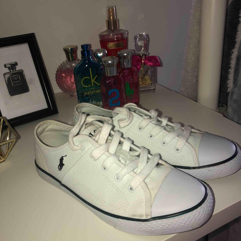 Säljer mina fina äkta Ralph lauren sneakers pga endast kommit till användning max 2 gånger! Lite smutsiga vid snörena men det går absolut bort vid en tvätt!! Köpta för ca 800-100kr. Skor.