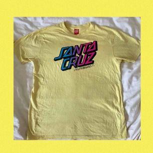 Ascool ljusgul t-shirt från Santa Cruz. Använd men i gott skick. Nypris 349kr. Frakt tillkommer och betalningen sker via Swish.