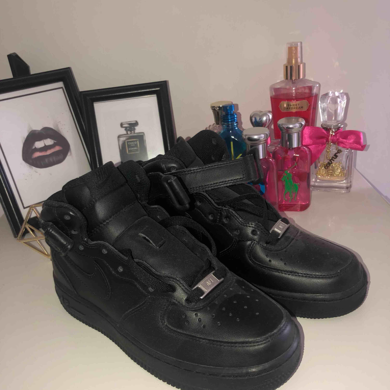 Säljer mina otroligt fina Nike air force, aldrig kommit till användning då de är för små för mig som är en 40. Helt nytt skick och dessa nya skulle annars kosta 1000-1500kr beror på vart man köper, frakt ingår och snören finns i skorna. D är damm som syns. Skor.