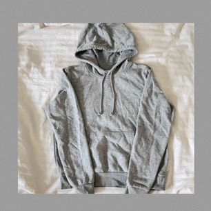 Grå hoodie från H&M. Använd men i gott skick! Står storlek M, men skulle säga att den är mer som en S, fast de beror ju såklart på hur man vill att den ska sitta. Frakt tillkommer och betalningen sker via Swish.