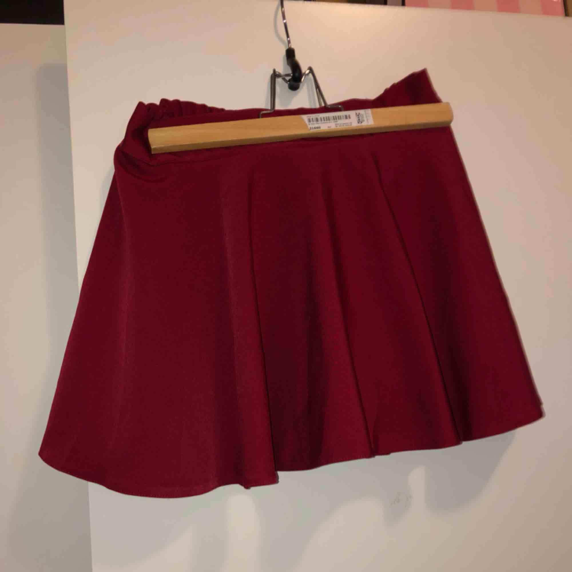 Söt röd kjol med shorts använd väldigt få gånger. Passar från storlek small till medium eftersom det är stretchband. . Kjolar.